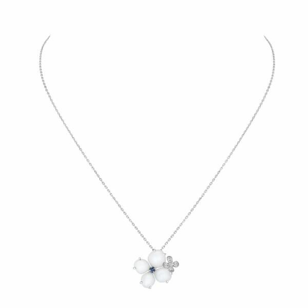 Pendentif Chaumet Hortensia Voie Lactée en or blanc et diamant, calcédoine blanche et saphir rond