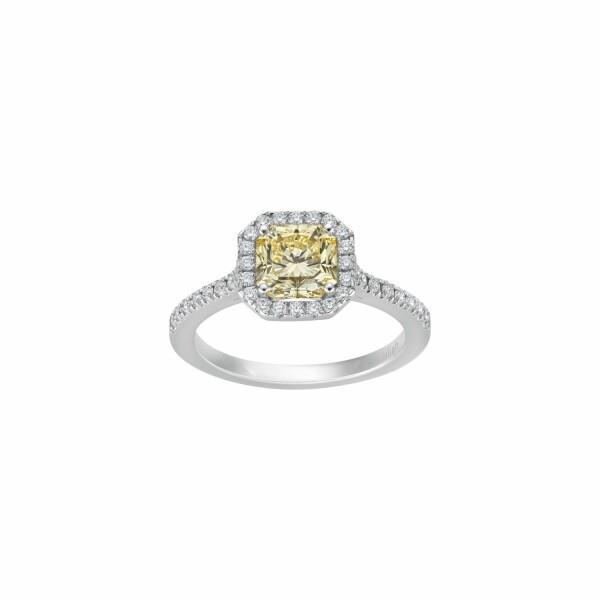 Bague solitaire Diamant jaune Fancy taille radiant entourage et corps pavés diamants en or blanc palladié