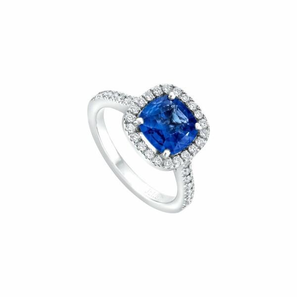 Bague solitaire Saphir bleu taille coussin entourage et corps pavés de diamants en or blanc palladié