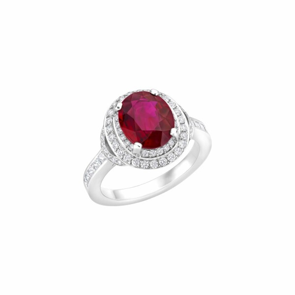 Bague solitaire rubis taille ovale sertie de diamants tailles brillant et princesse en or blanc palladié