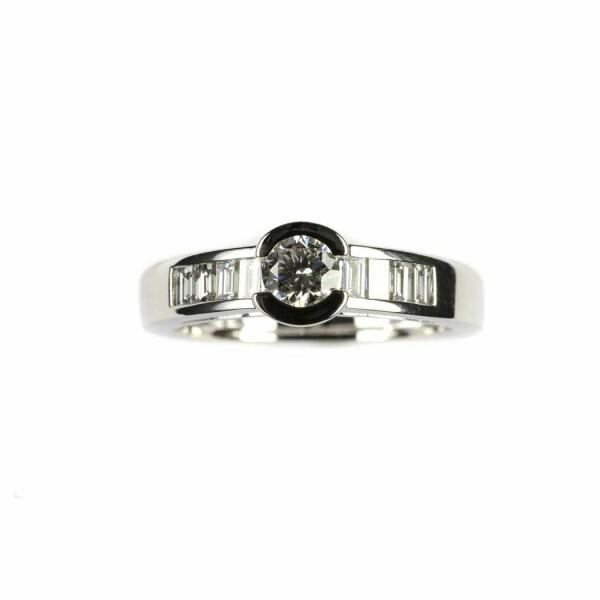 Bague en or blanc, diamant taille brillant de 0.37ct et 8 diamants taille baguette de 0.25ct, taille 53