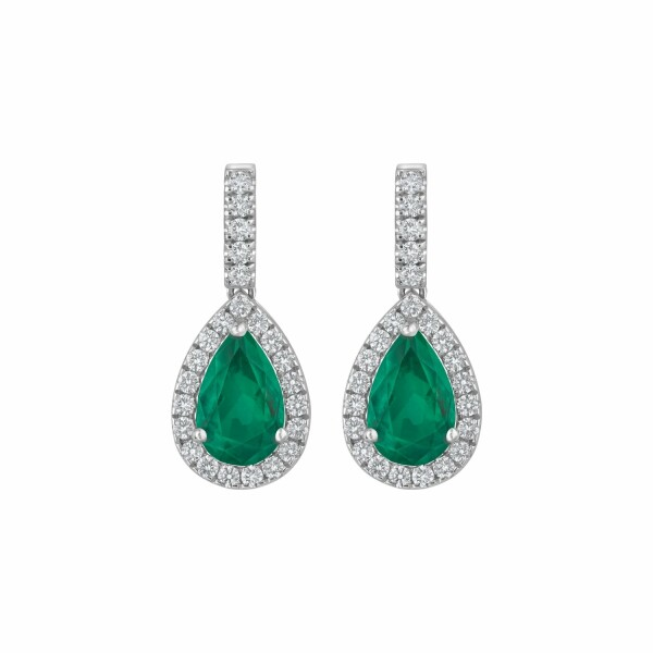 Boucles d'oreilles pendantes émeraudes taille poire serties de diamants taille brillant en or blanc