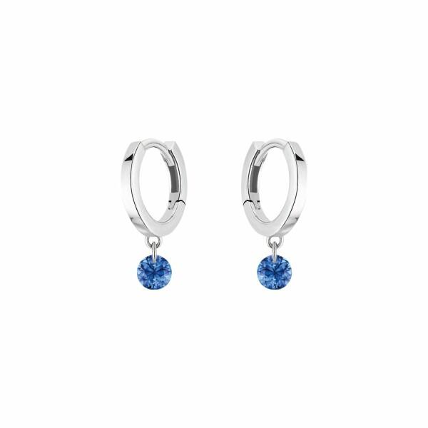 Boucles d'oreilles créoles LA BRUNE & LA BLONDE CONFETTI en or blanc et saphir bleu de 0.30ct