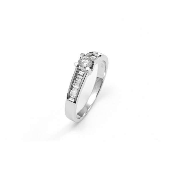 Solitaire accompagné en or blanc et diamants de 0.5ct