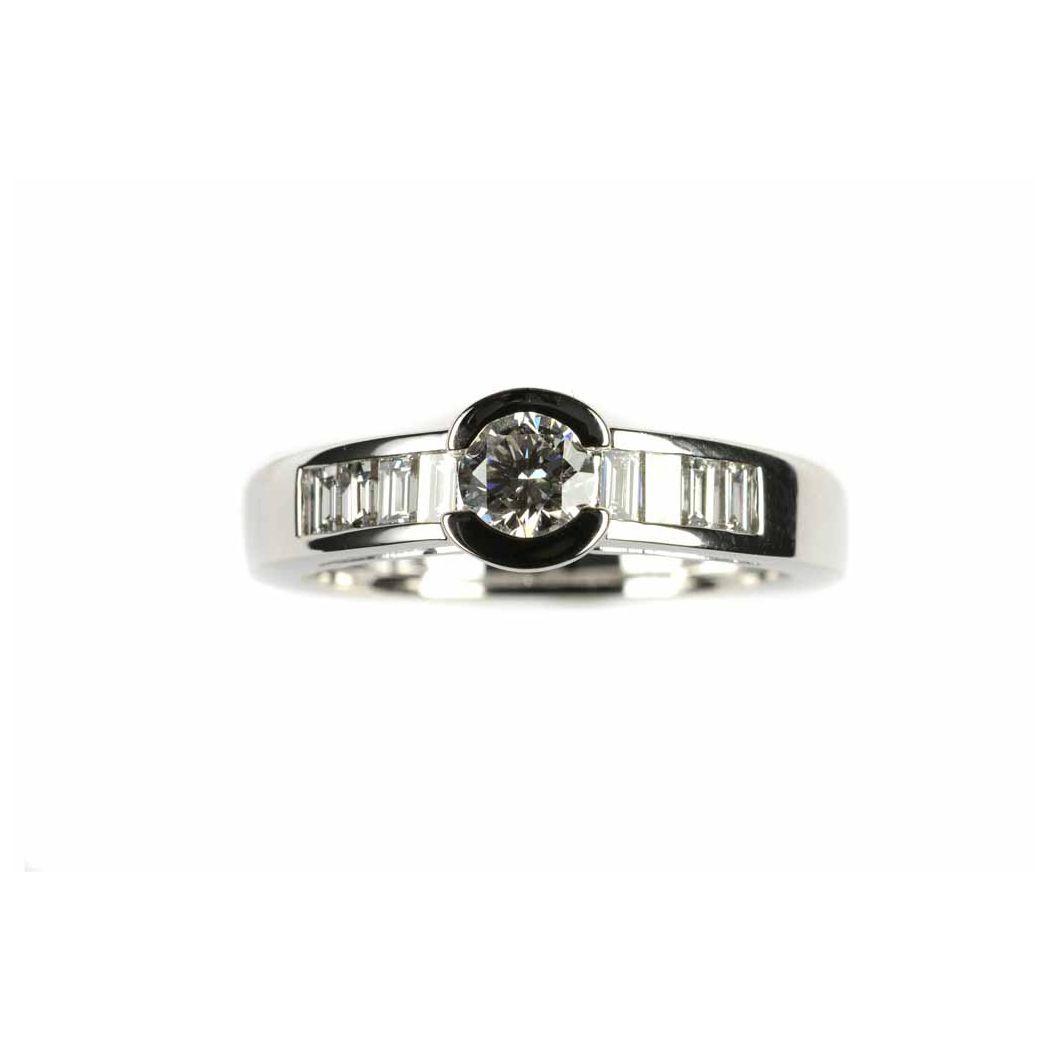 Bague en or blanc, diamant taille brillant de 0.37ct et 8 diamants taille baguette de 0.25ct, taille 53 vue 1