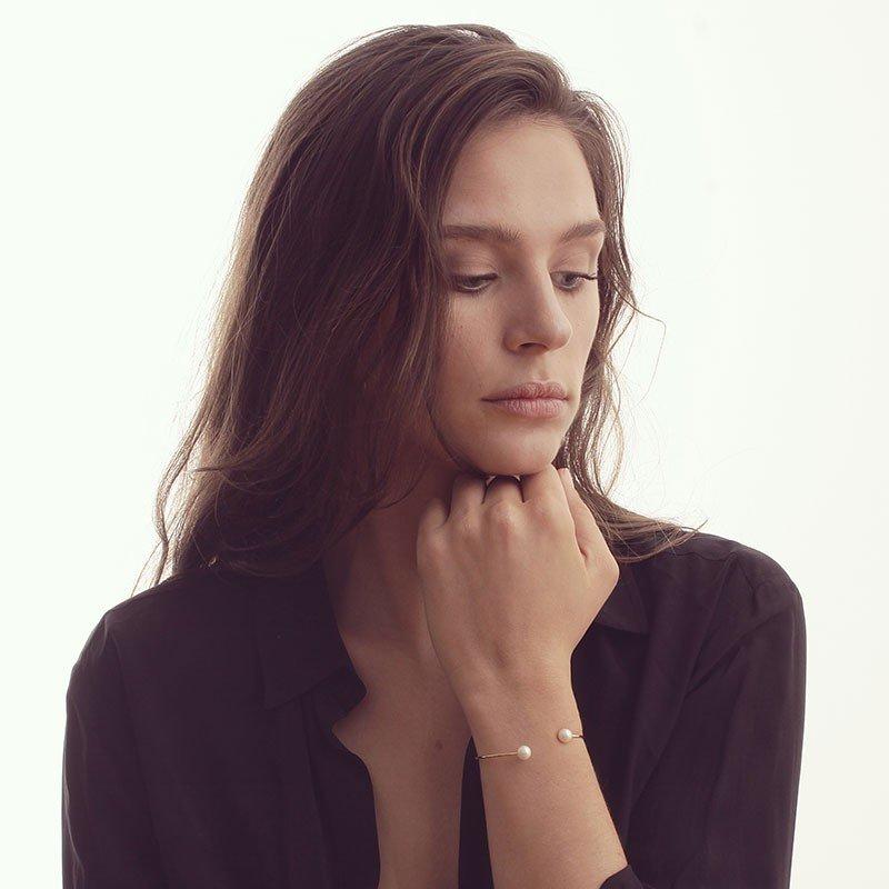 Bracelet Claverin Jonc en or jaune et perles blanches vue 2